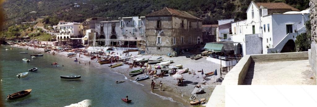 """Foto panoramica di Marina del Cantone ottenuta mediante grezzo """"collage"""" di tre diverse immagini del 1970"""
